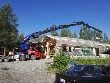 Nosturiauto nostaa tavaraa katolle 35m puomi